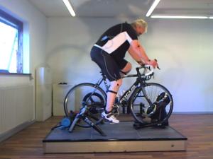 Bo på sin for lille Focus-cykel